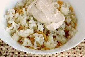 Цветную капусту разделить на соцветия, отварить 4-5 минут и добавить в салат.