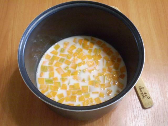 """В кастрюлю мультиварки наливаем молоко, добавляем сахар, ванилин, пшено, кусочки тыквы. Устанавливаем кастрюлю в мультиварку. выбираем режим """"Каша"""", время 30 минут. Если хотите получить более жидкую кашу, добавьте молока на стакан больше."""