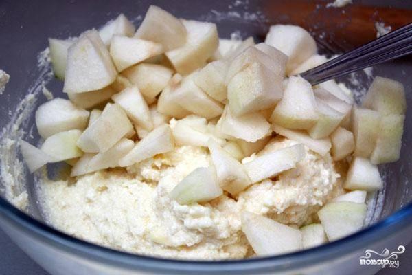 Тем временем растираем творог со сметаной, добавляем манку, сахар и мелкими кубиками нарезанное яблоко. При желании яблоко можно заменить грушей - получится не хуже, пробовал.