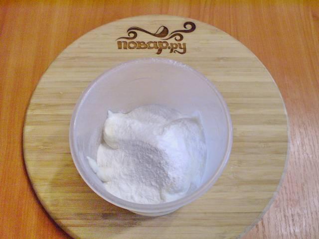 8. Готовим крем для морковного торта. Смешиваем миксером сметану, загуститель для сметаны, ванилин и сахарную пудру.