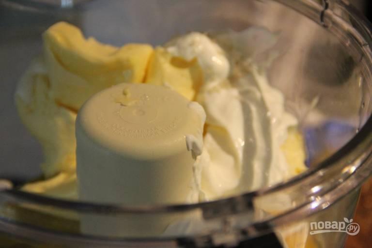 2.В чашу блендера выложите холодное сливочное масло, сметану, яйца, гашеную соду и перемешайте все. Просейте муку и соедините 2 стакана муки с солью.