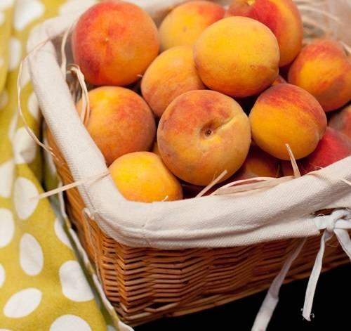 Персики тщательно промойте.