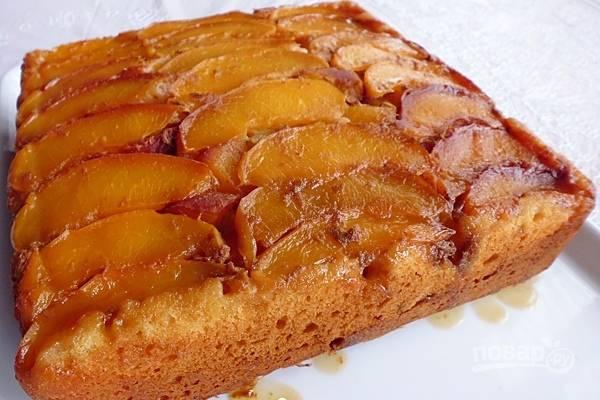 Дайте пирогу остыть в форме, около 30 минут. Затем осторожно переверните форму на тарелку, извлеките пирог и подавайте к столу. Приятного аппетита!