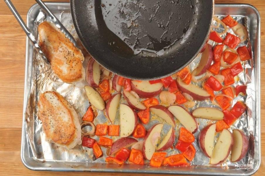 3. Курицу смажьте солью и перцем. Обжарьте в масле по 3 минуты с каждой стороны. Потом отправьте её тоже в духовку, но только на 18 минут.