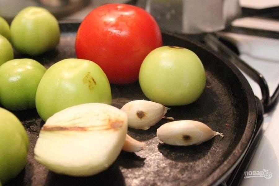 Итак, первым делом нужно хорошенько раскалить сковороду, вымыть и высушить помидоры, чеснок почистить, чтоб на нем остался лишь тонкий слой шелухи. Лук очистите и разрежьте. Выложите овощи в сковороду.