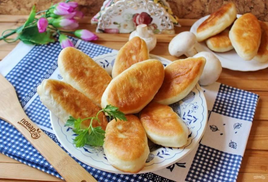 Подавайте пирожки к любым первым блюдам, а также с бульоном или чаем.