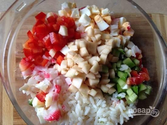 Выкладываем все ингредиенты в миску, добавляем майонез, соль и перец.