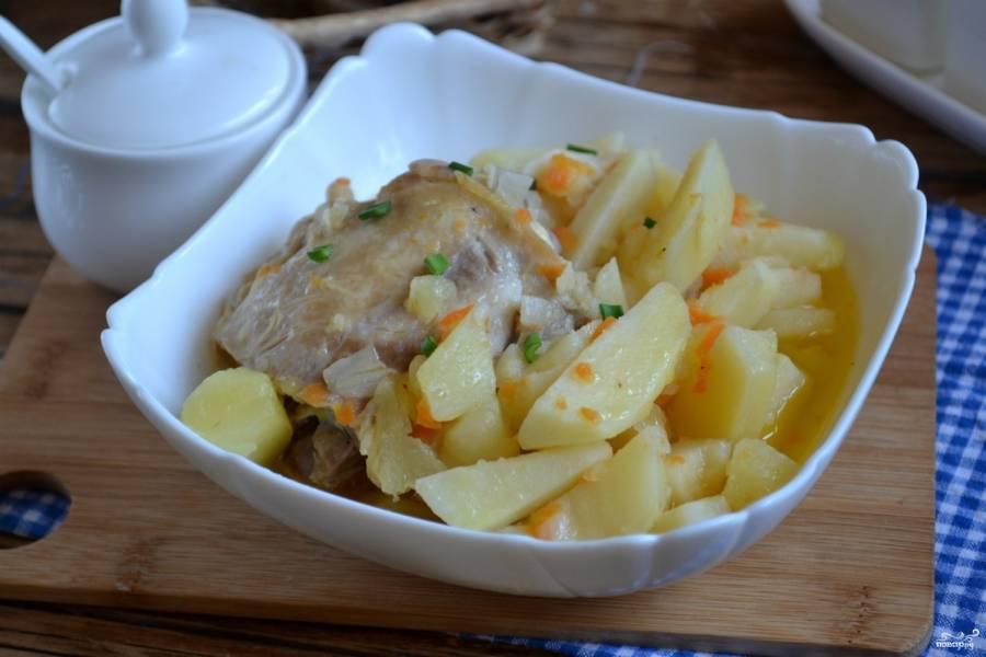 Тушеная утка с картошкой готова. Подавайте её горячей.