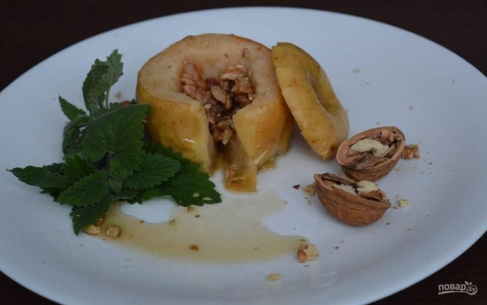 6.Выкладываю яблоко из фольги, убираю шляпку и подаю к столу со свежей мятой.