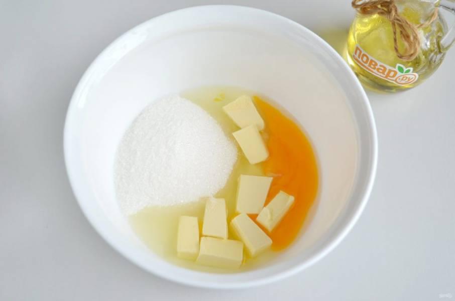 3. В другой миске соедините холодное сливочное масло, яйцо и сахар. Миксером взбейте хорошо массу.