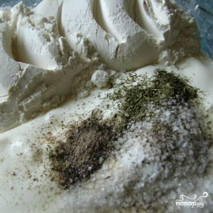 Пока грибы обжариваются, приготовьте соус. Для этого смешайте сметану, соль, муку перец и укроп.