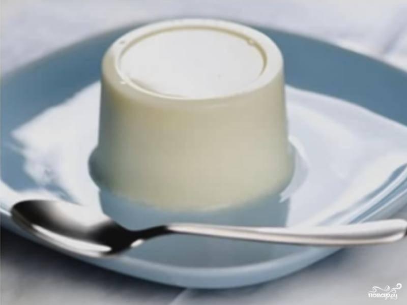 6. Выньте форму с желе из миски с кипятком и, накрыв ее тарелкой так, чтобы форма была посередине, сразу переверните ее вверх дном, придерживая рукой тарелку. Снимите форму.
