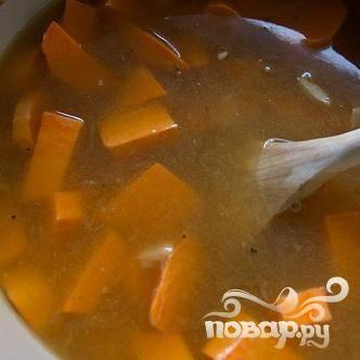 5. Добавить сладкий картофель, чили чипотл и куриный бульон. Довести суп до кипения и варить, частично накрыв крышкой, пока сладкий картофель не станет очень мягким, от 20 до 25 минут.