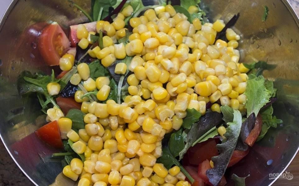 5.Добавляю к ним нарезанные помидоры, консервированную кукурузу.