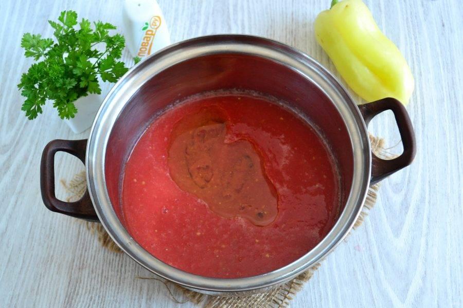 Вылейте томатный сок в кастрюлю, добавьте растительное масло и доведите до кипения.