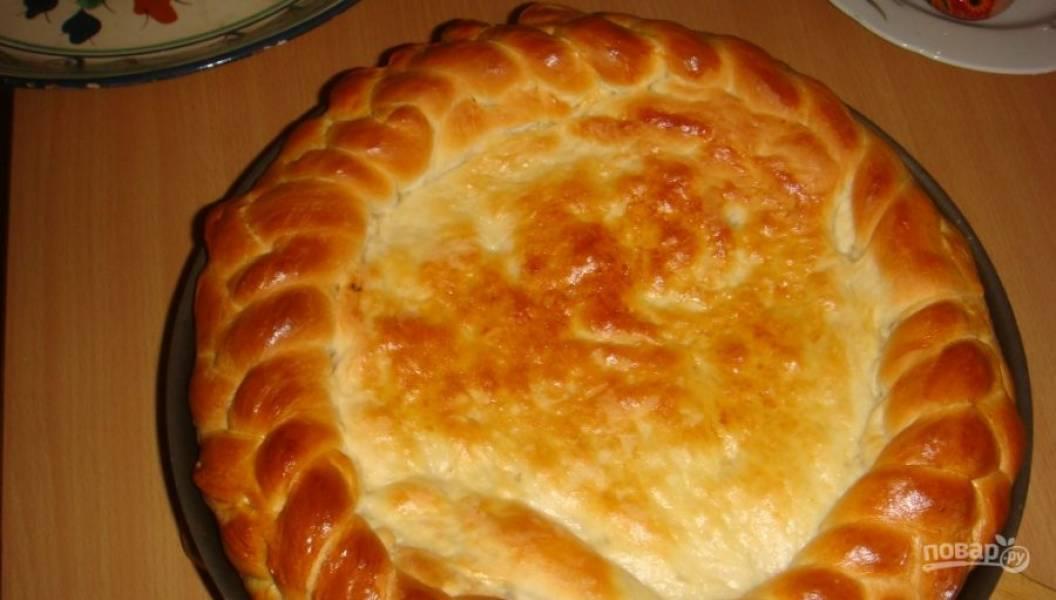 5. Дайте пирогу постоять примерно полчаса на противне, а потом начинайте выпекать при 180 градусах 40 минут. Вот такой получится красавец!