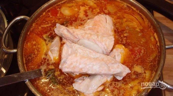 Отделите мясо рыбы от кости, на котором был сварен бульон и отправляйте в суп. В конце готовки суп послите и поперчите по вкусу.