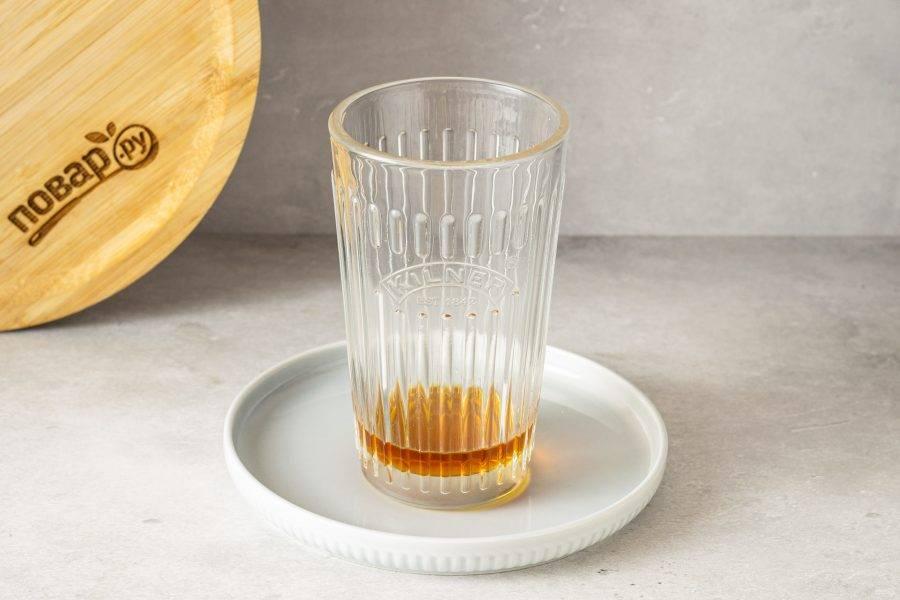 На дно стакана влейте сладкий сироп.