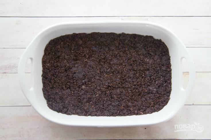 3. В прямоугольной форме для выпечки утрамбуйте основу из печенья и сливочного масла.