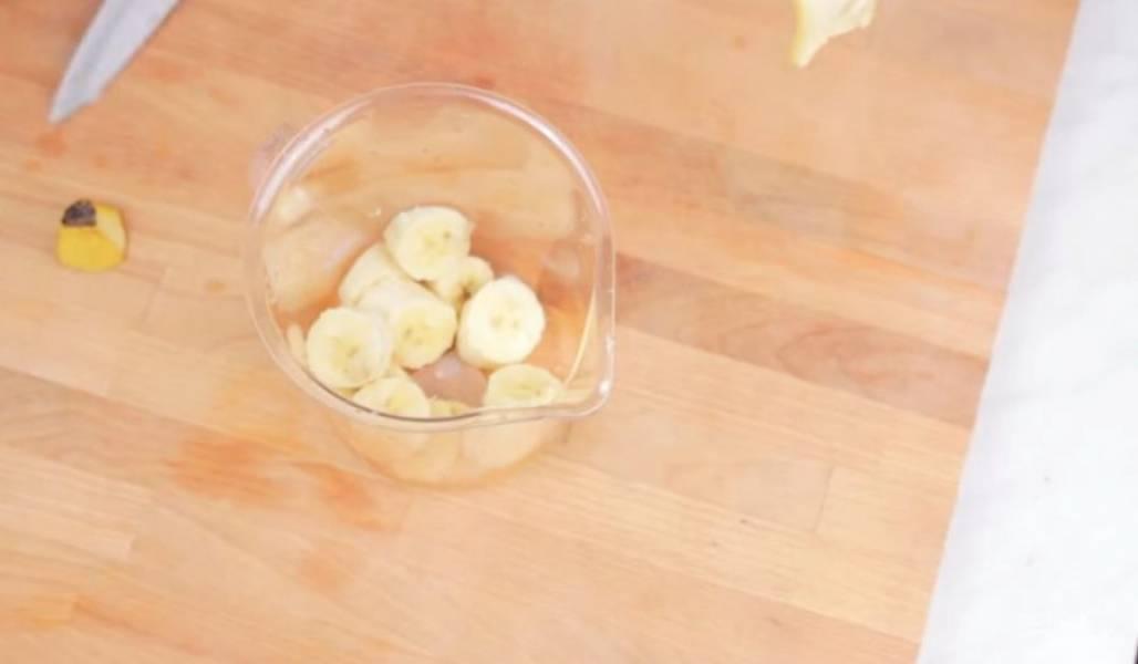 1. Для приготовления кофейно-бананового смузи нарежьте замороженный банан на кусочки и поместите их в чашу блендера. Затем хорошо взбейте их в пюре.