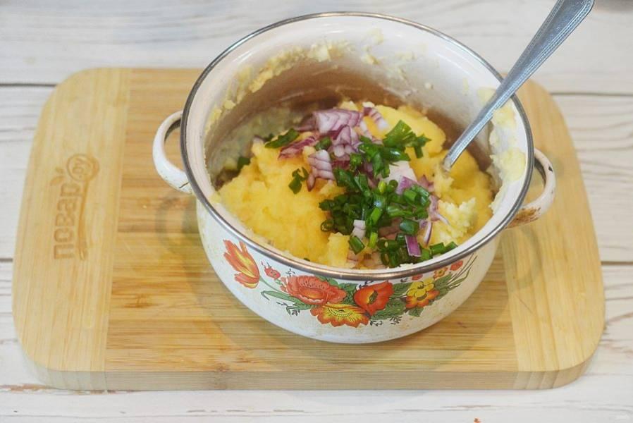 7. Добавьте в пюре нарезанный лук, половину поломанного на кусочки бекона, перемешайте.
