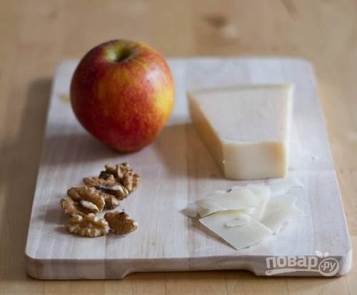 Яблоко для салата можно натереть на крупной терке или нарезать тонкими ломтиками. Добавляем яблоки к капусте, перемешиваем. Орехи нужно подсушить и немного измельчить. Сыр тоже можно натереть на терке или настрогать тонкими пластинками.