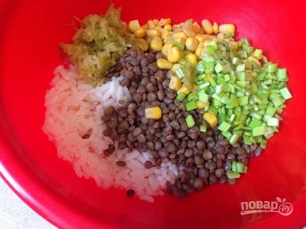 5. Выкладываем в миску все подготовленные ингредиенты. По желанию, можно добавить чеснок и зелень укропа и петрушки.