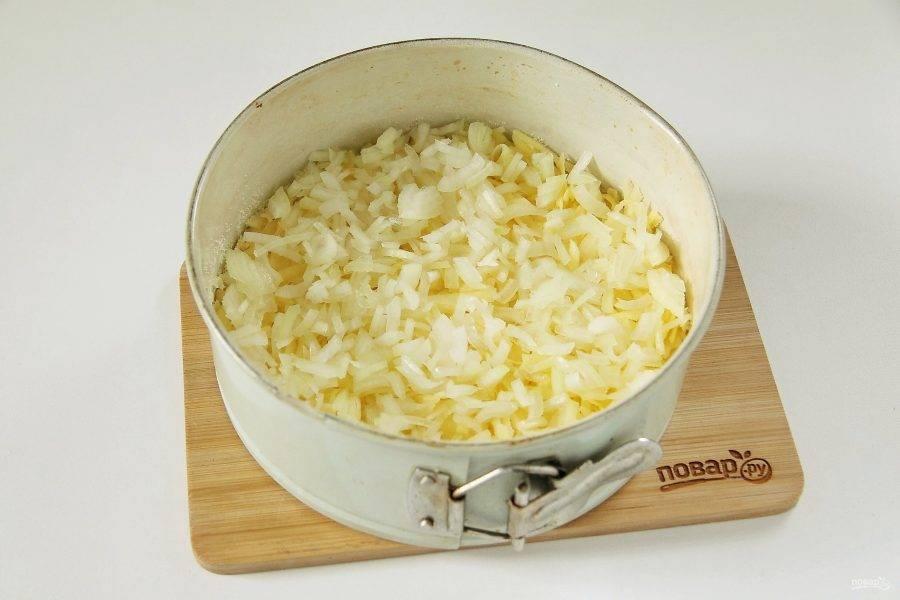 На картофель положите нарезанный кубиками лук.