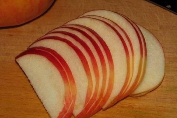 3. Яблоко вымойте, удалите сердцевину и нарежьте тонкими дольками. При желании используйте в рецепте приготовления пирога с яблоками и черникой немного сока лимона. Вымойте ягоды и оставьте, пока не стечет лишняя вода.