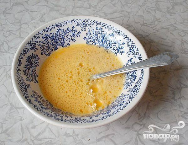 2.Яйца взбиваем, добавляем немного соли. Можно добавлять ложечку сметаны или молока. Все хорошенько перемешиваем.