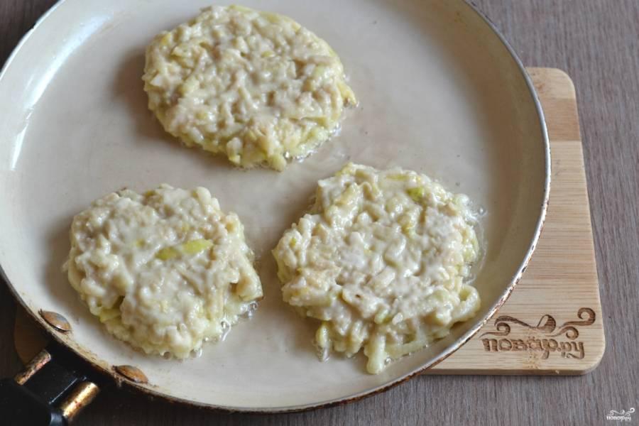 Ложкой выложите тесто для оладий на сковороду с антипригарным покрытием, жарьте их до готовности (определить можно по красивому золотистому цвету).