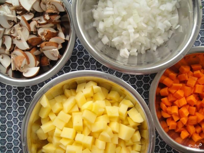 Овощи, грибы и куриное филе нарежьте на мелкие кусочки, зелень порубите.
