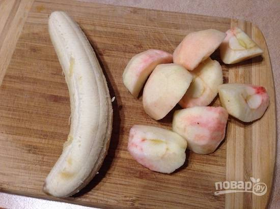 Очистим яблоки и банан.