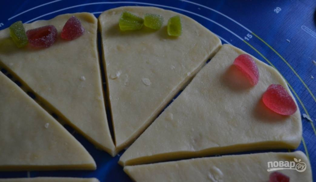 3.Разноцветный мармелад нарежьте кусочками и выложите на широкую сторону каждой части.