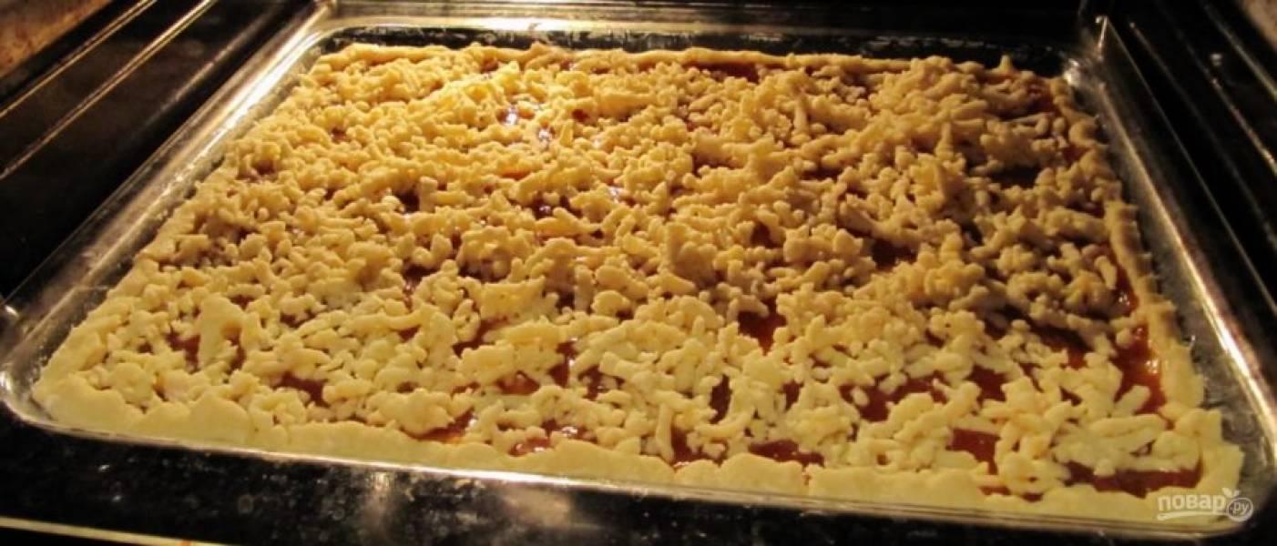Отправьте пирог в разогретую до 200 градусов духовку на 20 минут.