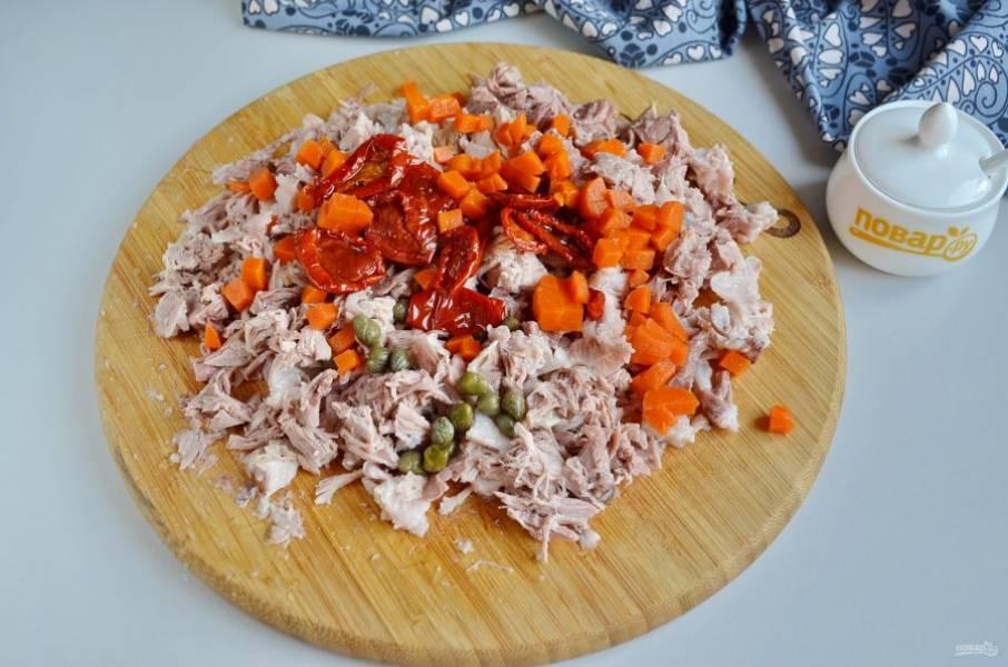 Добавьте каперсы, вяленые томаты, морковь, соль и специи по желанию.