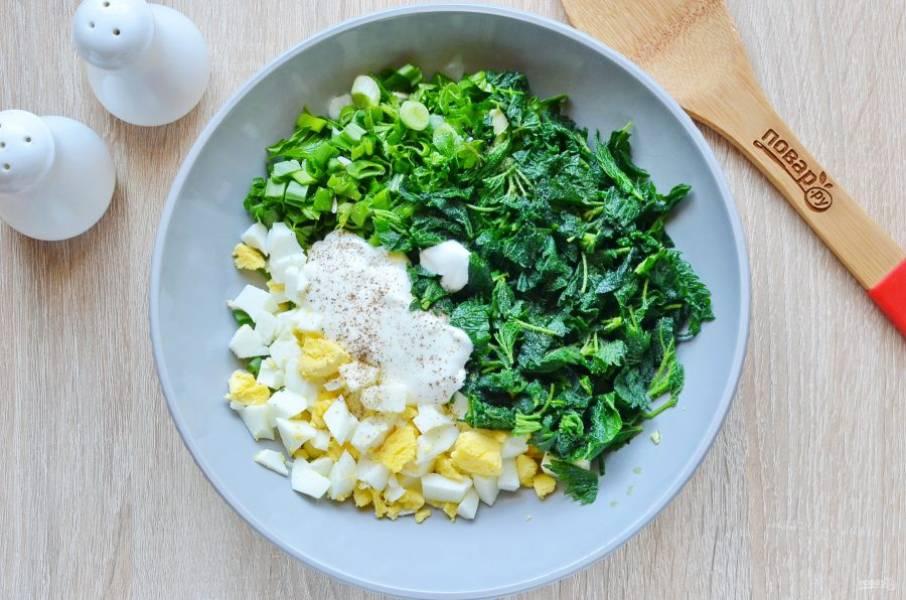 Соберите зелень, яйца, выложите сметану, соль, перец.