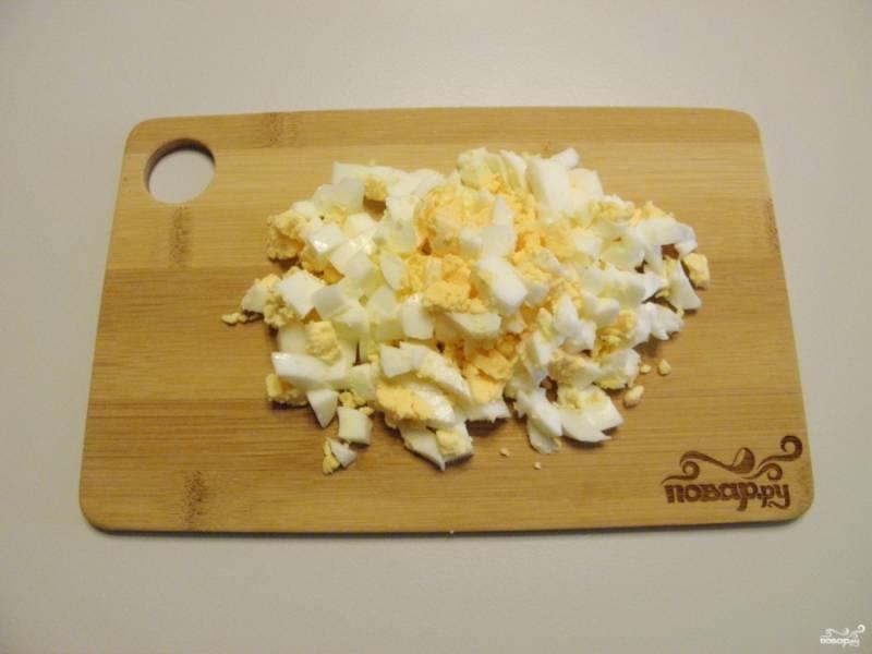 Яйца порежьте кубиками среднего размера.