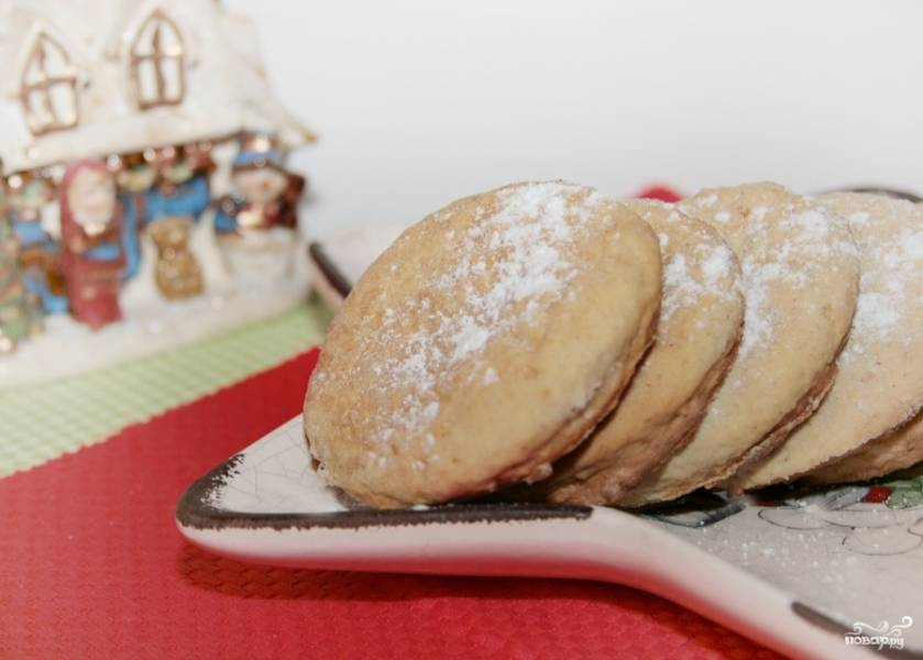 Готовые печенья выкладываем на блюдо, посыпаем сахарной пудрой и все готово! Приятного...:)