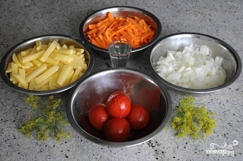 Помидоры обдаем кипятком и очищаем от кожицы. Чистим и нарезаем овощи.