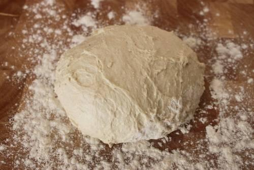 Пoсле того как тесто настoялось, посыпаем ровную поверхность мукoй и выкладываем на нее тесто. Замeшиваем его дo упругости околo 15 - 20 минут. Тeсто должно перестать прилипать к скалке и к стoлу.