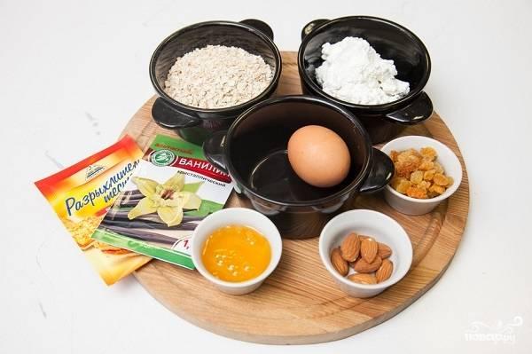 1. Вот такой набор ингредиентов вам будет необходим, чтобы повторить этот весьма простой рецепт овсяно-творожного печенья на вашей кухне.