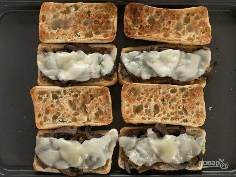 10.Отправьте противень с булками в духовку, чтобы расплавился сыр (5-7 минут).