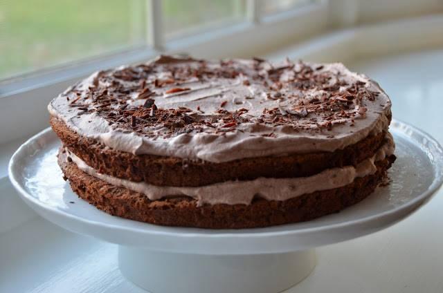 11. Посыпьте торт шоколадной стружкой и хорошенько остудите в холодильнике (мой стоял там два часа).  Приятного аппетита!