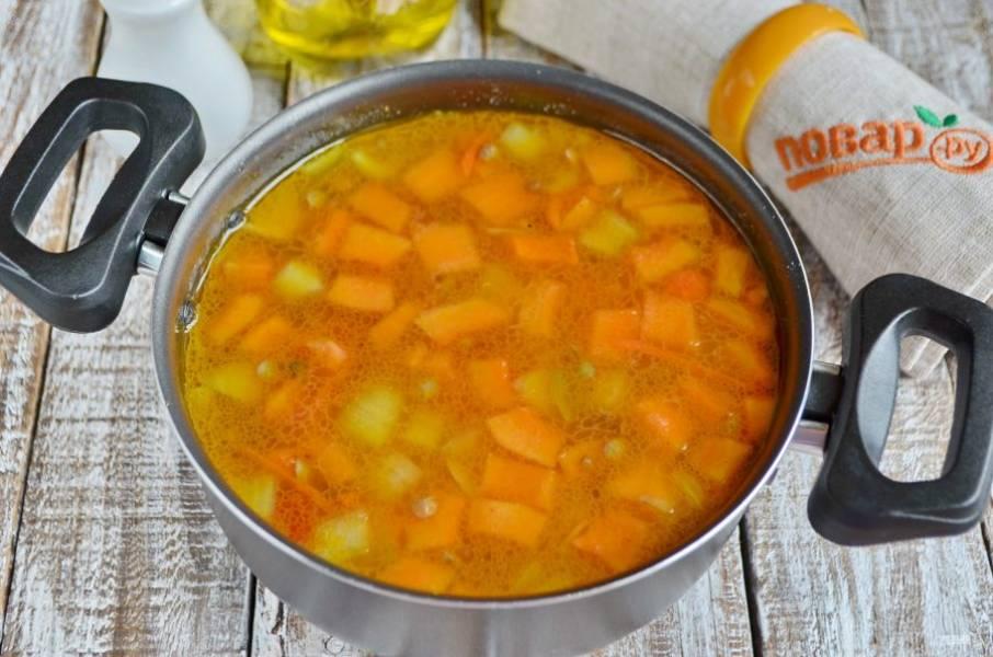 Залейте водой или овощным бульоном, доведите до кипения и варите суп 20 минут.