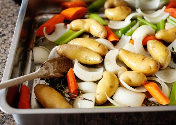 4. Посолить по вкусу, добавить молотого перца и другие специи. Как следует перемешать, чтобы овощи равномерно были покрыты маслом и приправами.