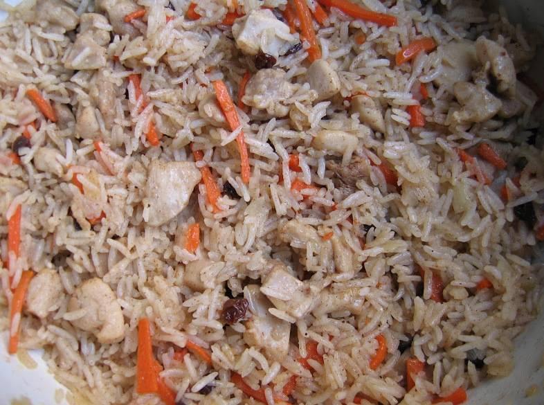 Добавляем предварительно замоченный в воде рис (без воды). Варим 10-15 минут до готовности риса, после чего снимаем с огня и подаем.