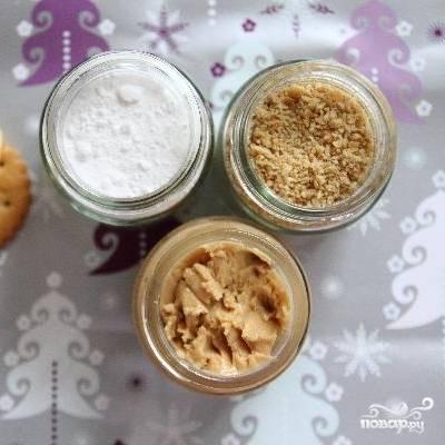 Берем получившиеся крошки, арахисовое и сливочное масло и сахарную пудру.