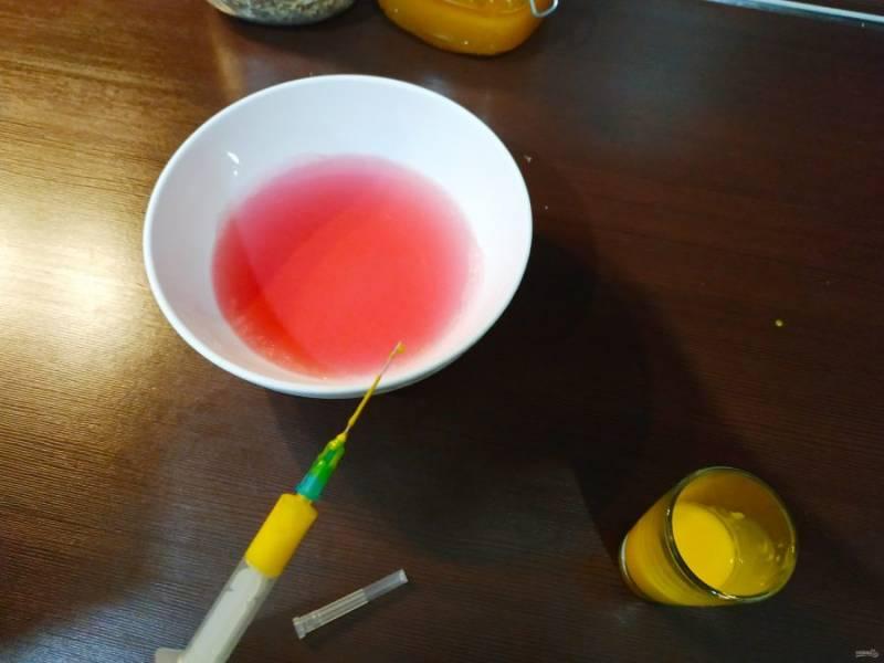 Когда основа из ягодного компота застынет, можно начинать творить. Наполните шприц окрашенным молоком и аккуратно вводите в  желе.