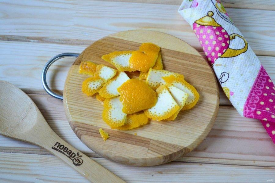 С апельсина снимите цедру. Старайтесь снимать только верхний оранжевый слой, белый слой мы использовать не будем, именно он придает горечь.